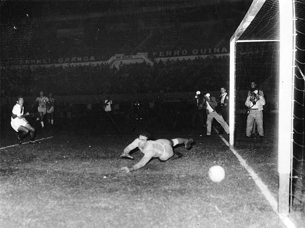 Juan Seminario se encargó del empate peruano al marcar por partida doble sobre el arco brasileño (Foto: arkivperu.com)