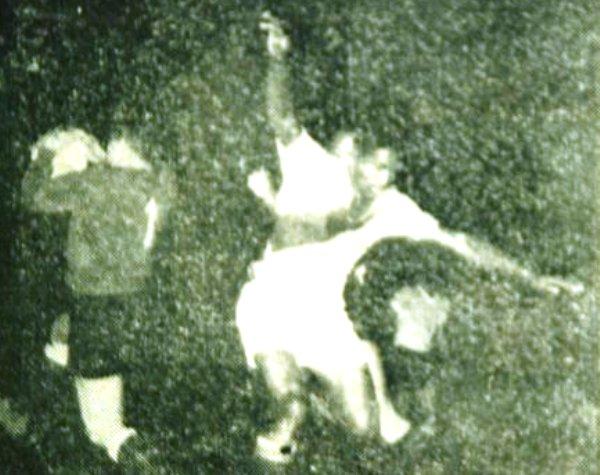 NO FUERON UNOS ANGELITOS. Los delanteros del equipo peruano sí que le dieron trabajo a Taibo. El portero uruguayo, quien en la imagen aparece atrapando un balón aéreo, se cansó de recibir ataques. (Foto: diario El Mundo)