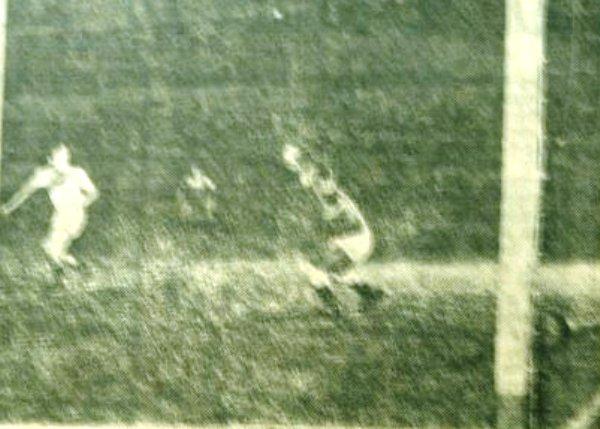 PRIMER GOLPE. Este es el momento en el cual un remate de Demarco se cuela en el pórtico de Asca, quien solo pudo atinar a seguir la dirección del balón. (Foto: diario La Nación)