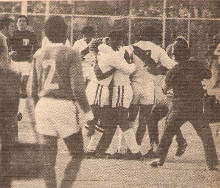 Final del partido y todos los jugadores peruanos se envuelven en un emotivo abrazo (Foto: revista Ovación)