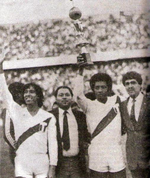 Eduardo Malásquez y José Velásquez saludan con el trofeo que estuvo en disputa luego del empate a uno ante Bolivia (Recorte: revista Ovación)