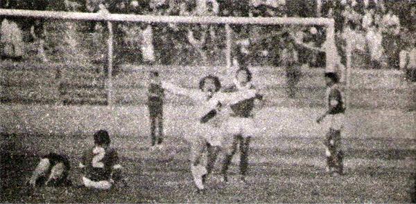 Ya se produjo el gol de Franco Navarro y 'Cucaracha' Mora lo grita a todo pulmón luego de asistir en la jugada previa (Recorte: revista Ovación)
