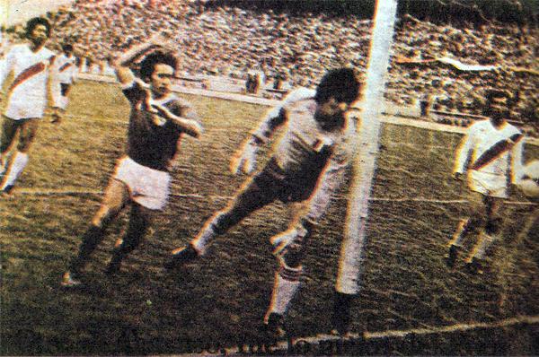 Uno de los jugadores más exigidos fue Eusebio Acasuzo, que aquí observa como un balón pasó muy cerca de su arco (Recorte: revista Ovación)