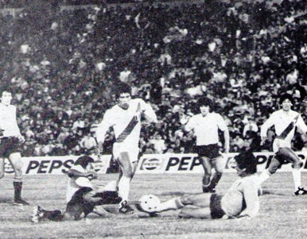 LLEGA CON EL PAN.  El 'Panadero' Díaz se muestra presto a la intervención en una jugada donde Acasuzo corta la arremetida del marcador uruguayo Diogo. (Foto: Revista Ovación)
