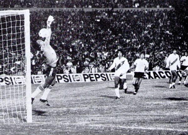 SIEMPRE POR ARRIBA. Momento preciso en el cual, el uruguayo Wilmar Cabrera iguala el marcador con un fuerte golpe de cabeza que venció la resistencia de Acasuzo. (Foto: Revista Ovación)