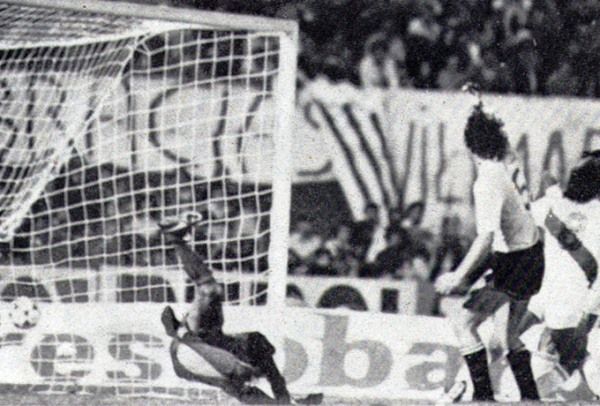 TOMA 2. Momento preciso en el cual el balón se introduce en el arco uruguayo. (Foto: Revista Ovación)