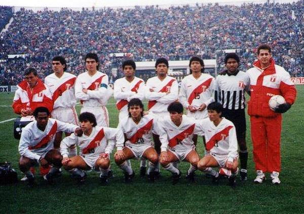 Con la selección peruana en el último partido en que vistió la blanquirroja: ante Argentina en 1991 por la Copa América. (Foto: Facebook)