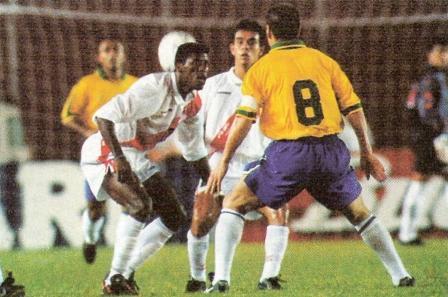 Junio de 1997: Eddie Carazas y Erick Torres parecen mirar asustados a Dunga, hoy DT de la selección brasileña, la noche que el 'Scratch' goleó 7-0 a Perú en Santa Cruz por la semifinal de la Copa América (Foto: revista Once)