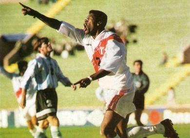 Con la camiseta de Perú en la Copa América de 1997, 'El Diablo' Carazas le anotó a Argentina el gol más recordado de su carrera (Recorte: revista Once)