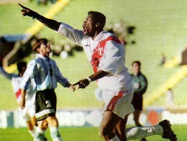 Carazas celebra el gol peruano ante Argentina en 1997. (Recorte: revista Once)