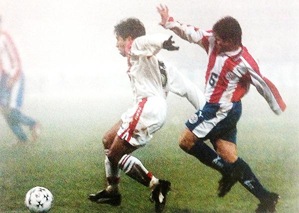 Julio César Enciso evita el avance del 'Chino' Pereda en una neblina que se impuso en Pedro Juan Caballero. (Recorte: Revista Don Balón Perú)