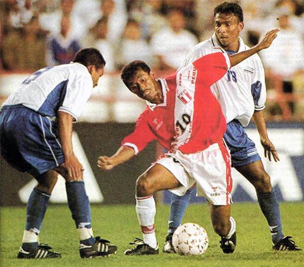 El 'Chorri' Palacios enfrenta a la defensa de Honduras la vez que Perú venció a Honduras en la Copa de Oro (Recorte: revista Once)