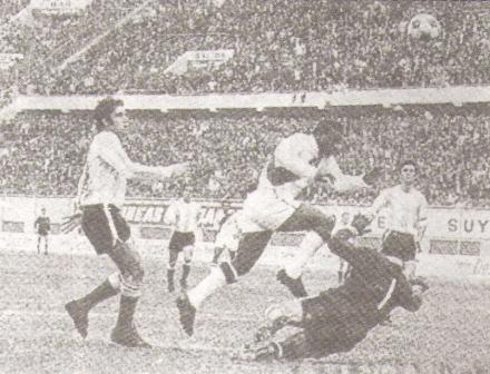 El gol de 'Perico' a Cejas: imagen en estricto blanco y negro (Foto: libro Goles con Historia, Teodoro Salazar Canaval)
