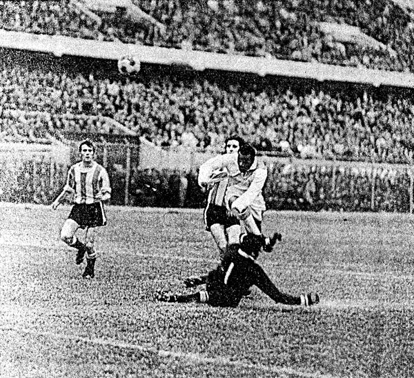 Ante un estadio Nacional repleto, 'Perico' León ya dejó atrás a la defensa argentina y mira con atención como su remate tomaba destino de gol (Recorte: diario El Comercio)