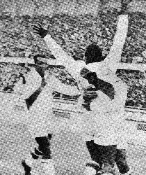 'Perico' León se convirtió en el centro del mundo, al menos del futbolístico peruano, y todos lo buscan para celebrar la conquista del triunfo (Recorte: libro Goles con Historia, Teodoro Salazar Canaval)
