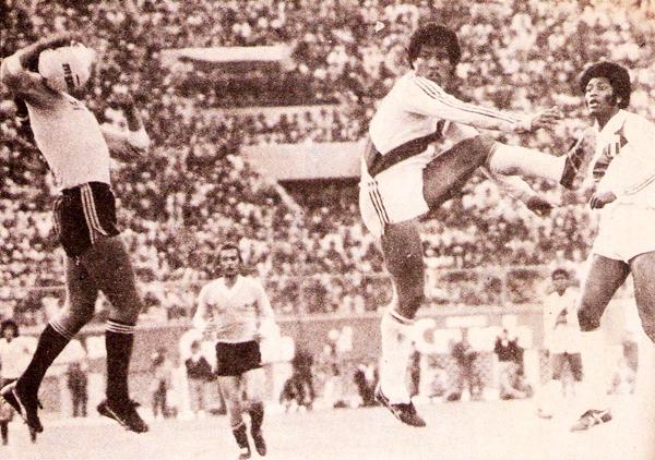 El bloque defensivo de Perú tuvo más protagonismo en Lima, como aquí con Rubén Díaz y José Velásquez que siguen la acción del uruguayo Waldemar Victorino (Recorte: revista Ovación)