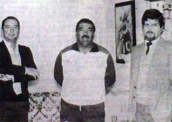 Marcos Calderón aparece acompañado por dos delegados de Universitario el día que hizo pública su negativa a ponerse el buzo de la selección (Recorte: diario La Crónica)