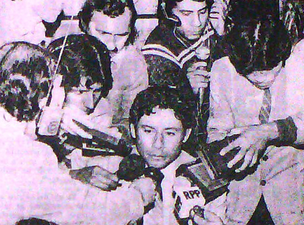 Ya como técnico de Perú, Roberto Chale es asediado por la prensa que requiere sus respuestas (Recorte: diario La Crónica)