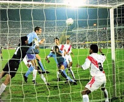 Luego de caer contra Uruguay en el Centenario, la selección peruana de Juan Carlos Oblitas complicó su situación (Recorte: revista El Gráfico)