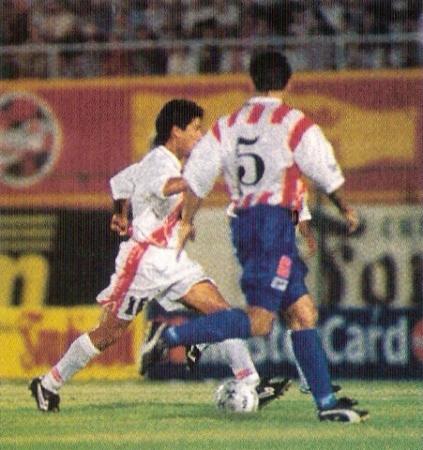 Pereda al ataque en el Defensores del Chaco por las Eliminatorias rumbo a Francia '98 (Foto: revista El Gráfico Perú)