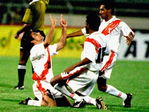 Julinho junto a Pablo Zegarra y Roberto Palacios en 1997, cuando en Venezuela anotó su segundo y último gol con la selección (Recorte: revista Once)
