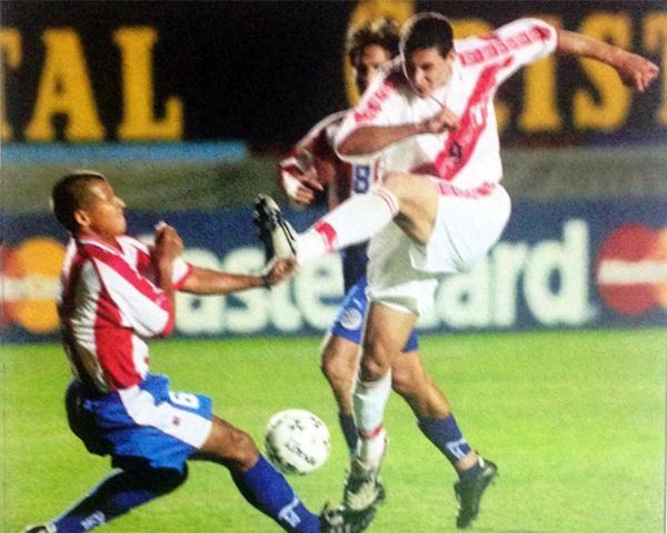 Un remate de Claudio Pizarro sobre la marca de Estanislao Struway, cuando el delantero aún no era el centro de todas las críticas (Recorte: revista El Gráfico Perú)