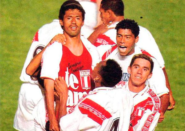 Un símbolo de Roberto Palacios en su historia con la selección luego de anotar su gol en el arco paraguayo (Recorte: revista Once)