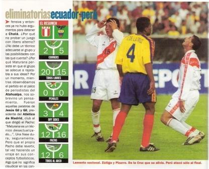 Junio de 2000: Perú cae sin atenuantes 2-1 ante Ecuador en el Atahualpa. Lo lamentan Claudio Pizarro e Ysrael Zúñiga ante Ulises de la Cruz (Recorte: El Gráfico Perú, edición especial Nº 5 p. 8)