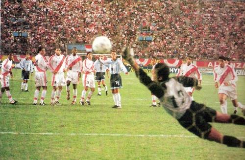Verón fusila a Vegas y decreta el segundo tanto argentino en el 1-2 de las Eliminatorias para Corea-Japón 2002 (Foto: revista Conmebol)