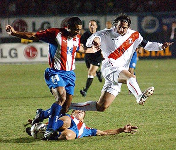 Héctor Baldassi le arbitró a Perú en tres partidos de las Eliminatorias rumbo a Alemania 2006. (Foto: AP)