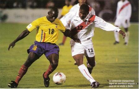 Noviembre de 2003: La única vez en que Perú salió sonriente de Quito fue con este empate sin goles ante Ecuador. En la foto, Farfán lucha el balón con Blandón (Recorte: Don Balón Internacional Edición Perú, Nº 49 p. 62)