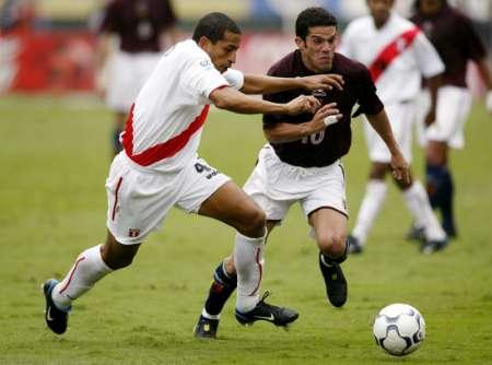 Ricardo David Páez, acá en acción contra el peruano Jorge Soto en las Eliminatorias rumbo a Alemania 2006, nunca se pudo sacar de encima el estigma de ser el hijo del técnico de la selección venezolana (Foto: bigsoccer.com)