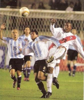 Tévez se le escapa a Galliquio en la noche del 1-3 en el Monumental por las Eliminatorias a Alemania 2006 (Foto: revista El Gráfico Perú)