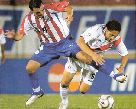 Guerrero en acción durante la última visita al Defensores del Chaco: empate 1-1 en 2004 (Foto: revista El Gráfico Perú)
