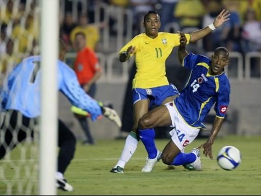 Robinho remata estorbado por Perea. El atacante fue el mejor en Brasil, pero anduvo solo (Foto: FIFA.com / AFP)