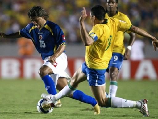 Bedoya se lleva a Lúcio. Colombia se plantó serenamente en el 'Maracaná' (Foto: FIFA.com / AFP)
