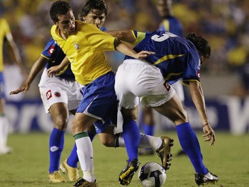 Elano no puede pasar ante la marca de Yepes, el mejor del campo (Foto: FIFA.com / AFP)