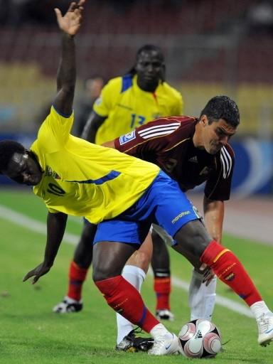 Rey hace trastabillar a Caicedo. El zaguero venezolano anduvo regular (Foto: FIFA.com / AFP)