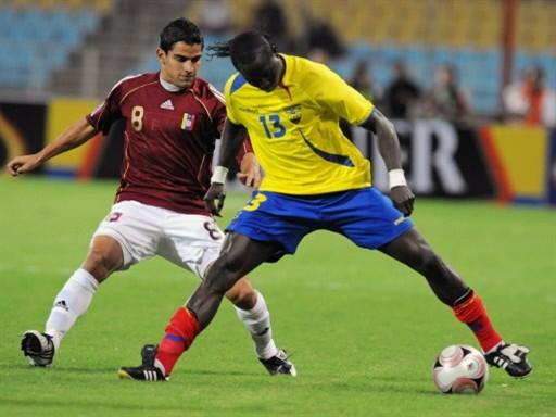 Mina -acá marcado por Rincón- fue el encargado de abrir la cuenta para Ecuador (Foto: FIFA.com / AFP)