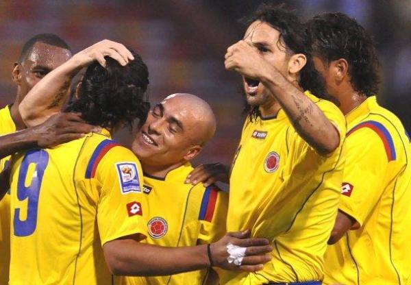 ES PARA TODOS. Radamel Falcao García ya anotó en la valla peruana y lo celebra junto a sus compañeros. De habérselo propuesto, Colombia pudo retirarse del Atanasio Girardot con un marcador abultado (Foto: EFE)