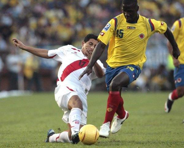 LE SOBRAN GANAS. El 'Gavilán' Fano fue uno de los que más batalló en el terreno de juego. Acá intenta frenar una salida de Christian Zapata (Foto: EFE)