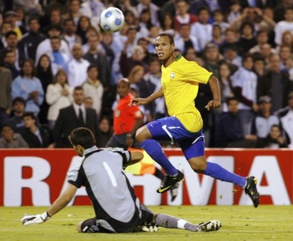 TOQUE MAESTRO. Luiz Fabiano la alza a la salida de Andújar. Golazo para el 1-3 que silenció definitivamente 'El Gigante' de Arroyito (Foto: REUTERS)