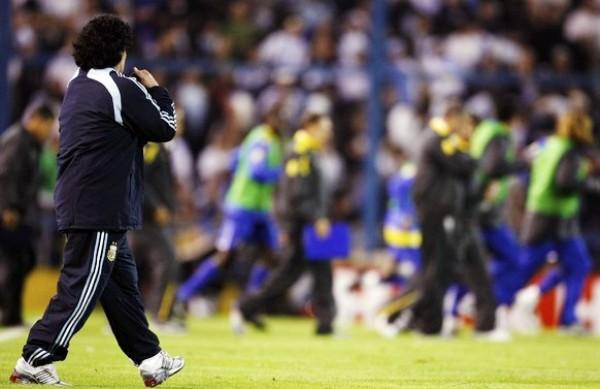 ¿TE QUEDA EL BUZO? Maradona volvió a protagonizar un fiasco con Argentina. Si no fuera por Perú, la albiceleste hoy tendría a Uruguay en la nuca (Foto: REUTERS)