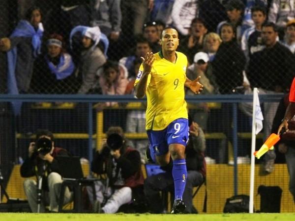 EL GOLEADOR, EL GOLEADOR. Luiz Fabiano puso el segundo y lo celebró con euforia acorde con un clásico (Foto: REUTERS)