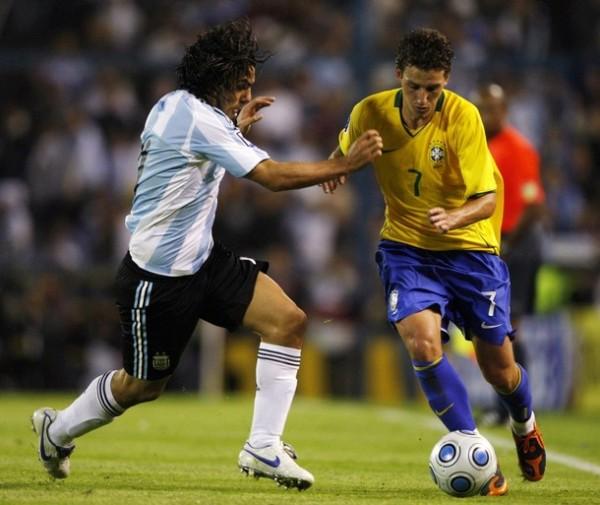 COMPAÑEROS Y RIVALES. Elano y Tévez, del Manchester City, estuvieron enfrentados esta noche (Foto: REUTERS)
