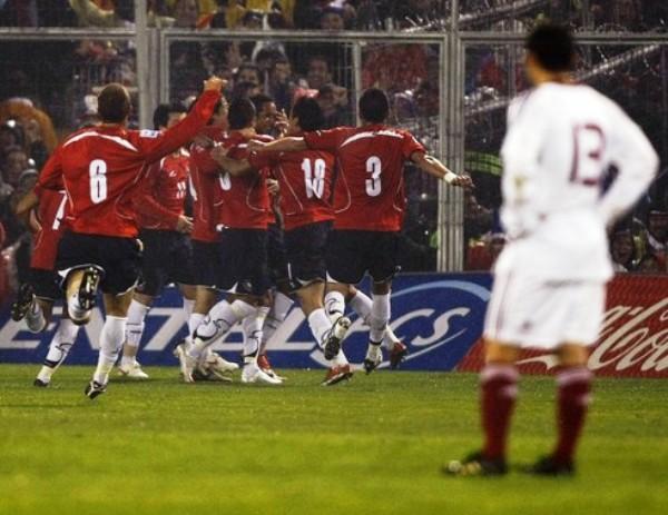 TEMPRANITO NOMÁS. Todo Chile festeja con Vidal la apertura del marcador. El hombre del Leverkusen la metió de buen cabezazo (Foto: REUTERS)