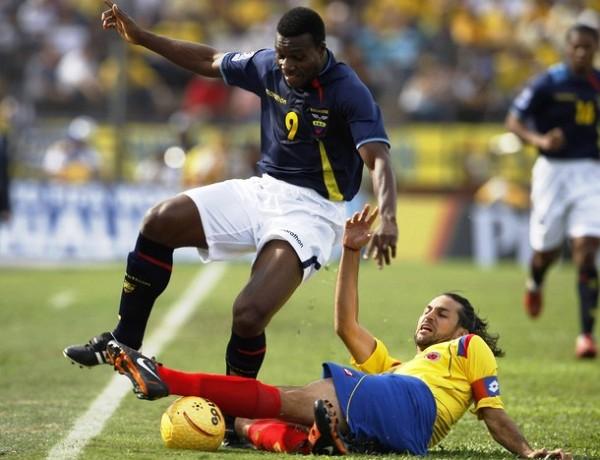 ATRAPADO . Yepes ensaya una especie de patada karateca para atrapar a su marcador Tenorio (Foto: REUTERS)