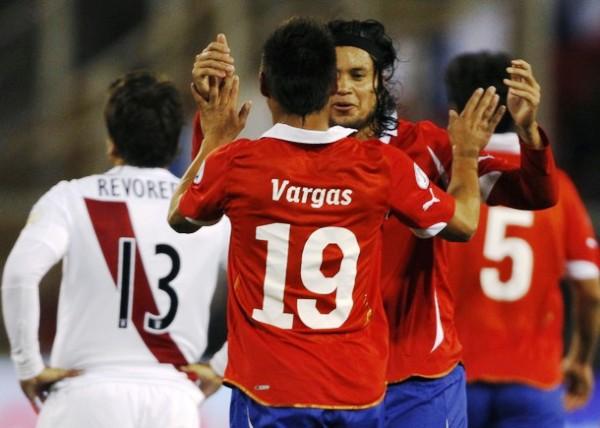 VS. CHILE (ELIMINATORIAS BRASL 2014). Errores en el arranque del partido le terminaron costando caro a Perú en su segundo partido eliminatorio. La bícolor cayó 4-2 en su visita a Chile. (Foto: Reuters)