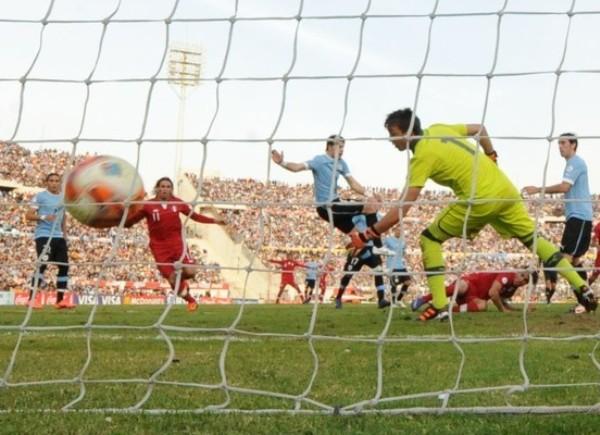 El cabezazo de Guerrero para el 2-2 parcial en el Centenario en las últimas Eliminatorias. (Foto: AFP)