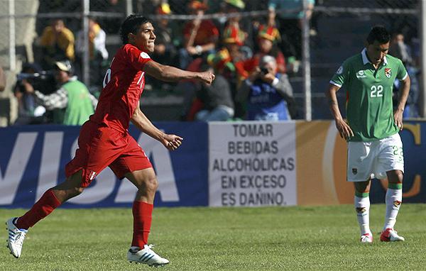 Juan Carlos Mariño destacó en la selección peruana por su fuerte remate de larga distancia, como el que sacó ante Bolivia en La Paz la vez que Perú sacó un empate en 2012 (Foto: AP)